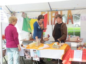 Lies en Jan op FIFALAstand Fairtrademarkt Diest